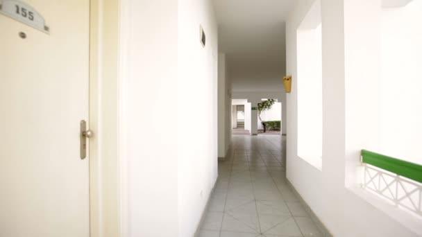 Corredor blanco hermoso en el hotel — Vídeo de stock