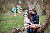 Lovers women and men walk in the park kiss — Stock Photo