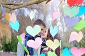 男と女のバレンタインの日、心の装飾にキスします。 — ストック写真