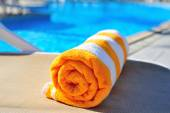 Bright beach towel on the background of the pool — Stockfoto