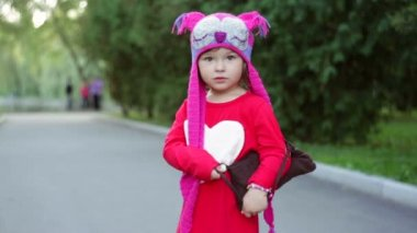Little girl in a knitted hat autumn owls with bag — Stock Video