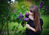 Girl with lilacs in the spring in the park — Stock Photo