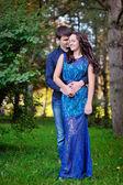 Junges Paar in Liebe Mann küssen Frau, Valentinstag — Stockfoto