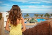 Женщина в отпуске, смотря в море Египет — Стоковое фото