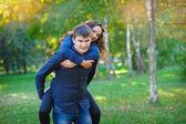 Młodą kobietę i mężczyznę idącego w parku — Zdjęcie stockowe