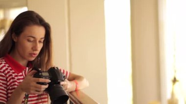 Young girl taking a pic with camera — Stockvideo
