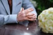 невеста с обручальное кольцо на руке — Стоковое фото