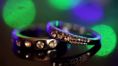 Wedding rings on a dark background — Stock Video
