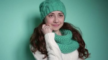 Beautiful girl in a turquoise knitted hat — Stock video