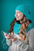 Ritratto di una giovane e bella donna ascoltando musica — Foto Stock