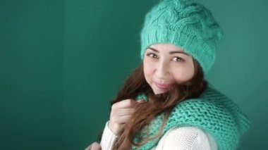 Smiling girl in a turquoise knitted hat posing on camera — Video Stock
