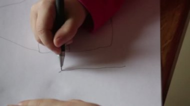 Menina desenha a lápis no papel — Vídeo stock