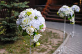 Beautiful white flower arrangements decorated the track for the  — Стоковое фото