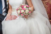 Bride holding a beautiful wedding bouquet — Stock Photo