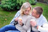 Jeune couple, boire du thé dans le parc — Photo