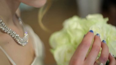 Mariée tenant un bouquet de mariée de roses blanches — Vidéo
