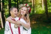 Bruid en bruidegom in huwelijksdag lopen — Stockfoto