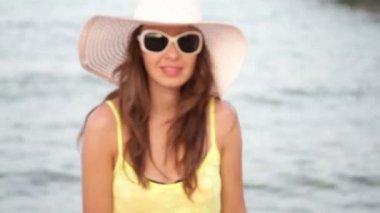 Beautiful woman in sunglasses posing on the pontoon — Stock Video