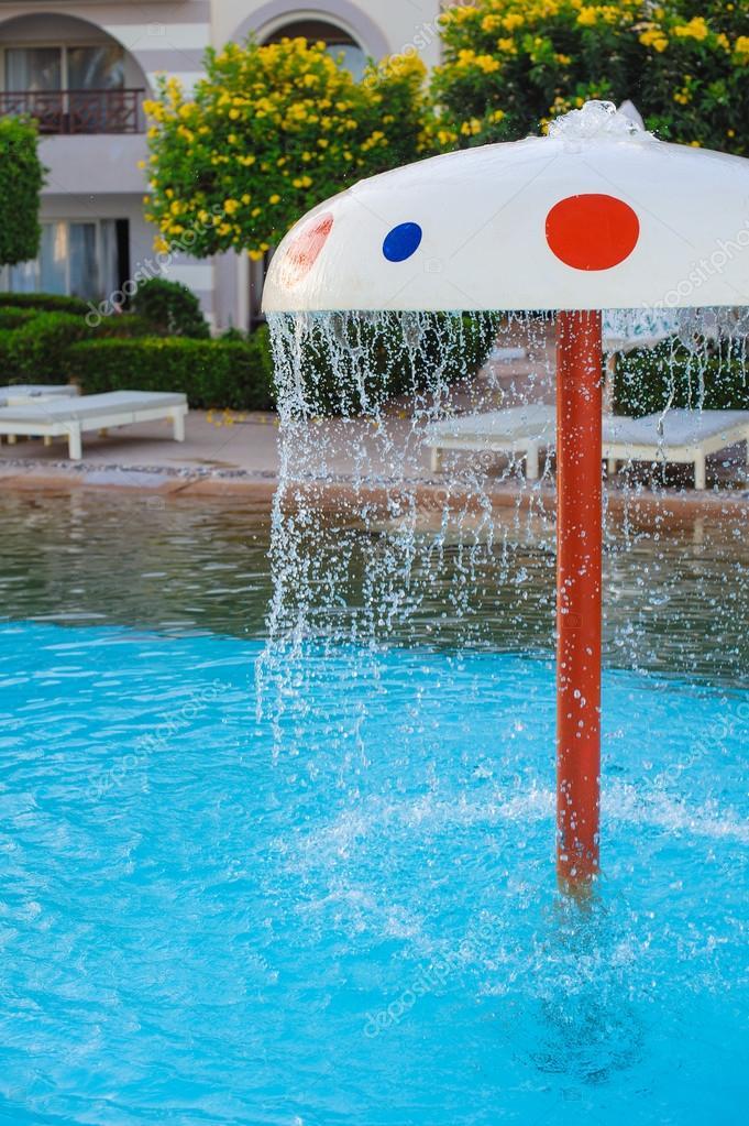 Fuente en forma de un hongo en la piscina infantil foto for Piscina hongos genitales