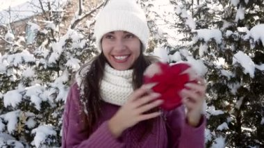 Beautiful woman holding a gift in the form of heart — Stock Video