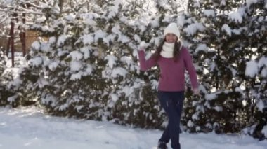 Young woman in a white hat throwing snowballs — Stock Video