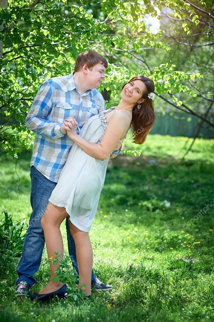 jeune couple heureux en amour promenade dans le parc photographie timonko 77811620. Black Bedroom Furniture Sets. Home Design Ideas