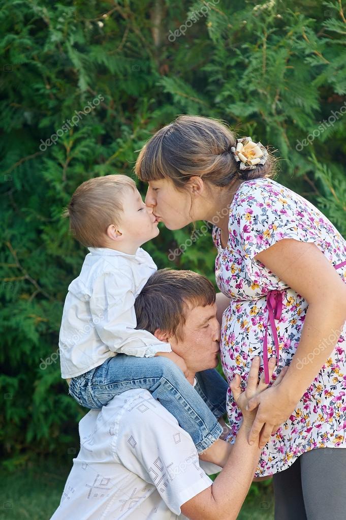 Fam 237 Lia Feliz M 227 E Gr 225 Vida Com Seu Marido E Filho No