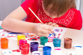 The girl draws a picture paints — Stock Photo