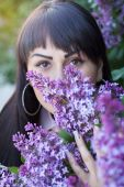 Young woman and lilac — Stock Photo