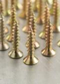 винты инструмент на металлический фон — Стоковое фото