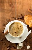 Taza de café y un croissant — Foto de Stock