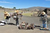 Mexicas selling goods in Teotihuacan — Stock Photo