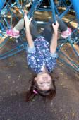 Malé dítě paly na spider web bar v venkovní hřiště — Stock fotografie