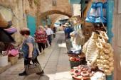 Mensen winkelen bij Akko oude markt — Stockfoto