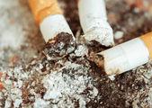 Cinzeiro com bitucas de cigarro — Fotografia Stock
