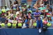 Fanów tenisa czeka na autografy w billie jean king krajowych kortów tenisowych — Zdjęcie stockowe