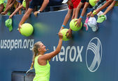 Two times Grand Slam champion Victoria Azarenka signing autographs after practice for US Open 2014 — Stock Photo