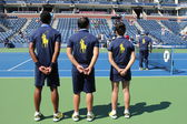 Ball persons on tennis court at the Billie Jean King National Tennis Center — Stock Photo