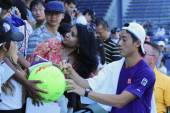 Professional tennis player Kei Nishikori signing autographs after practice for US Open 2014 — Stock Photo