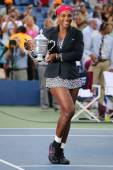 Eighteen times Grand Slam champion and US Open 2014 champion Serena Williams holding US Open trophy during trophy presentation — Stockfoto