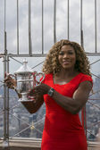 US Open 2014 champion Serena Williams posing with US Open trophy on the top of Empire State building — Foto de Stock