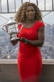 US Open 2014 champion Serena Williams posing with US Open trophy on the top of Empire State building — Stock Photo