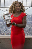 US Open 2014 champion Serena Williams posing with US Open trophy on the top of Empire State building — Foto Stock