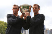 US Open 2014 men doubles champions Bob and Mike Bryan posing with trophy in Central Park — Stock Photo