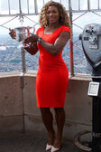 US Open 2014 champion Serena Williams posing with US Open trophy on the top of Empire State building — Stockfoto