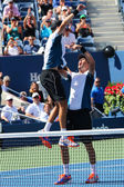 US Open 2014 men doubles champions Bob and Mike Bryan celebrate final match victory at Billie Jean King National Tennis Center — ストック写真