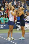 US Open 2014 women doubles champions Ekaterina Makarova and Elena Vesnina during trophy presentation — Stockfoto