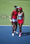 Grand Slam champions Serena Williams and Venus Williams during quarterfinal doubles match at US Open 2014 — Stockfoto