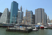 Tall ships in South Street Seaport Museum at Pier 17 in lower Manhattan — Stock Photo
