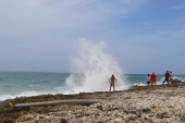 Tourists next to blowhole at Grand Cayman — Stock Photo